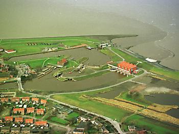 Oude luchtfoto gemaal Cremer en gemaal Rozema en omgeving Museumgemaal Cremer Termuntenzijl
